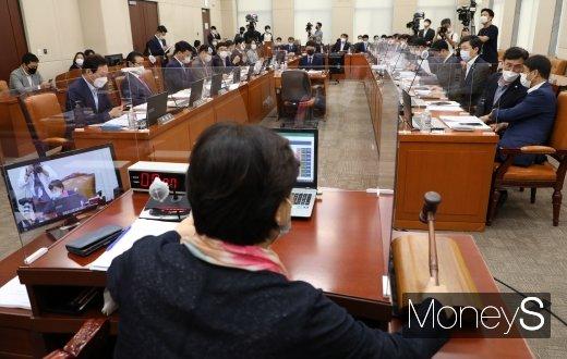 [머니S포토] 국회 행정안전위원회 전체회의