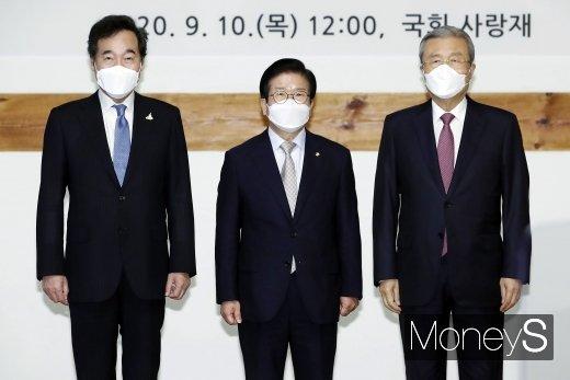 [머니S포토] 기념촬영 하는 국회의장과 여야 대표