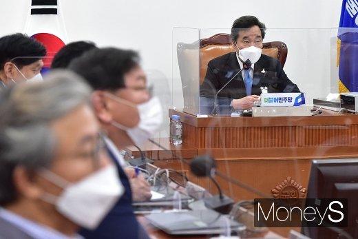 [머니S포토] 온택트 의원총회 주재하는 이낙연 대표