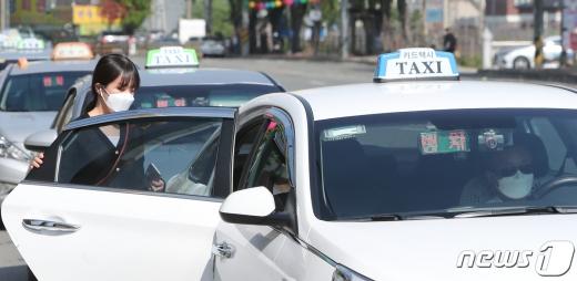 지난달 26일 전북 전주시 고속버스터미널 앞 택시승강장에서 마스크를 착용한 시민들이 택시에 탑승하고 있다. 정부는 마스크를 쓰지 않은 시민들의 대중교통 이용을 제한하는 조치를 실시했다. /사진=뉴스1