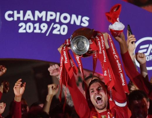 지난 시즌 잉글랜드 프리미어리그 우승을 차치한 리버풀 선수들이 트로피 수여식에서 환호하고 있다. /사진=로이터