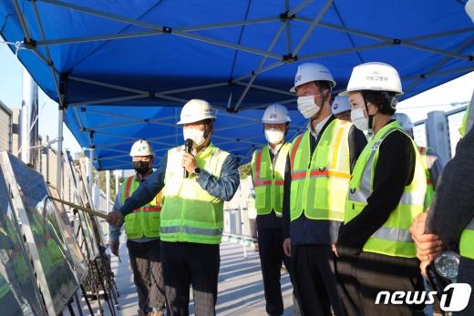 [사진] 대곡~소사 복선전철 공사 현황 설명 듣는 김현미 장관