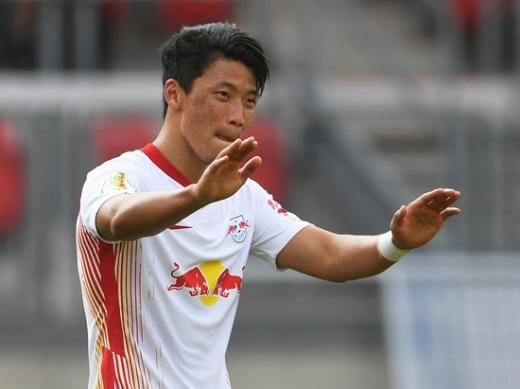 RB 라이프치히 공격수 황희찬(25)이 지난 12일(한국시간) 독일 뉘른베르크의 막스 모르로크 슈타디온에서 열린 DFB 포칼 1라운드 FC 뉘른베르크와의 경기에서 3번째 골을 넣은 뒤 동료의 축하를 받고 있다. /사진=로이터