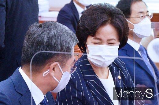 [머니S포토] 국회 법사위, 대화 나누는 추미애와 서욱