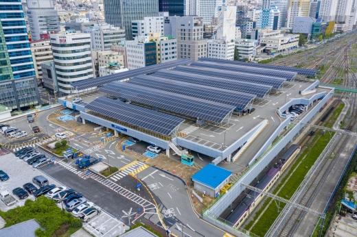 부산역 선상 주차장에 설치된 태양광발전설비/사진=남부발전