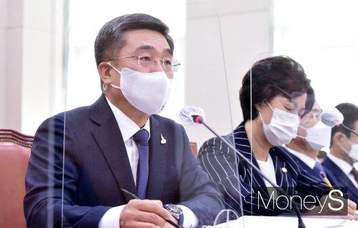 [머니S포토] 秋 군 특혜 의혹 관련 답변하는 '서욱'