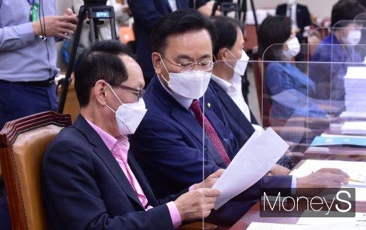 [머니S포토] 국회 법사위, 의견 나누는 김도읍-유상범