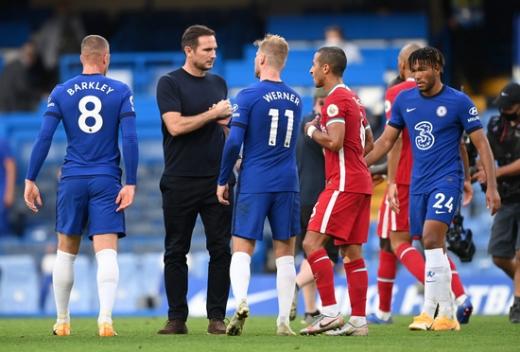 프랭크 램파드 첼시 감독(왼쪽 두번째)이 21일(한국시간) 영국 런던의 스탬포드 브릿지에서 열린 2020-2021 잉글랜드 프리미어리그 2라운드 리버풀과의 경기가 끝난 뒤 선수들을 격려하고 있다. /사진=로이터