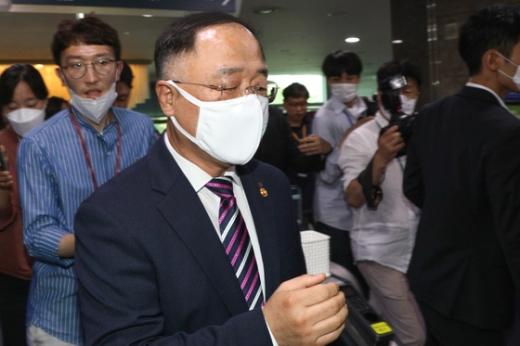 홍남기 경제부총리 겸 기획재정부 장관이 재정준칙 발표가 늦어지는 데 대해 해명했다. /사진=뉴스1