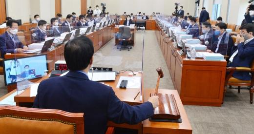 [머니S포토] 국회 기재위 주재하는 윤후덕 위원장