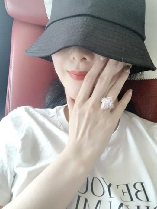 중화권 스타 판빙빙이 SNS로 다이아몬드 반지를 인증했다가 누리꾼들의 비판에 직면했다. /사진=판빙빙 SNS 캡처