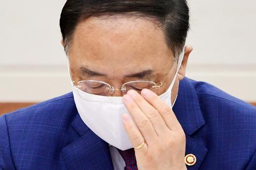 """[머니S포토] 홍남기, """"채무 걱정과 대책…기재부 고민하면서 대응한다"""""""