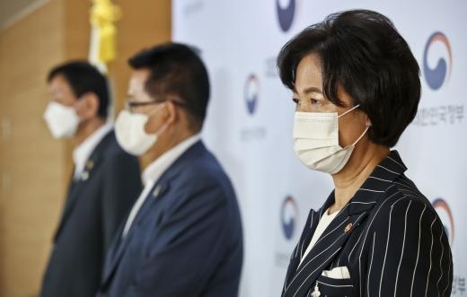 [머니S포토] 언론브리핑 참석한 추미애 법무부 장관