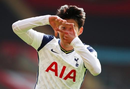 토트넘 홋스퍼 공격수 손흥민이 지난 20일(한국시간) 영국 사우스햄튼의 세인트 메리스 스타디움에서 열린 2020-2021 잉글랜드 프리미어리그 2라운드 사우스햄튼과의 경기에서 1-1 상황이던 후반 3분 역전골을 성공시킨 뒤 셀레브레이션을 펼치고 있다. /사진=로이터