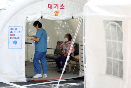 서울 중구 국립중앙의료원 신종 코로나바이러스 감염증(코로나19) 안심진료소(입원환자 진료소)에서 내원객이 대기를 하고 있다./사진=뉴스1 황기선 기자