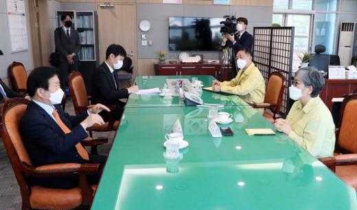 박병석 국회의장(왼쪽)이 21일 오후 충북 오송 질병관리청사를 찾아 정은경 질병관리청장(오른쪽)을 만나 이야기를 나누고 있다. /사진=뉴스1(국회의장실 제공)