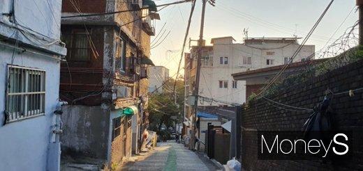서울역 인근의 동자동 쪽방촌 모습. 생활공간과 의료서비스가 취약한 이곳 사람들은 코로나19 사태를 힘겹게 견디고 있다. /사진=강태연 기자
