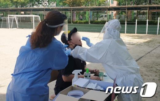 23일 국내 신종 코로나바이러스 감염증(코로나19) 확진자가 110명 발생했다. 사진은 지난 22일 충남 천안 내 한 중학교에 설치된 선별진료소에서 학생들이 코로나19 검사를 받는 모습이다. /사진=뉴스1