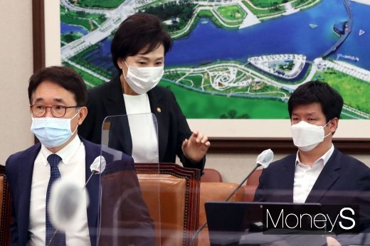 [머니S포토] 국회 국토위 출석하는 김현미 장관