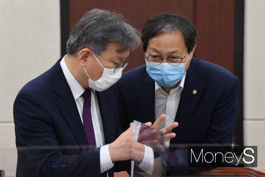 [머니S포토] 대화하는 김성주 간사와 권칠승 의원
