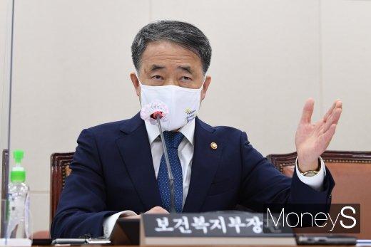 [머니S포토] 질의 답하는 박능후