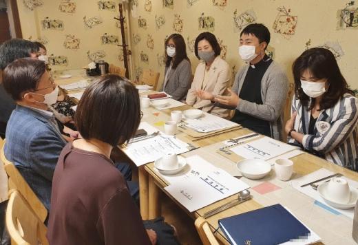 '다문화가족·외국인 정책 방향 논의를 위한 민간위탁기관 간담회'에서 참석자들이 의견을 말하고 있다. / 사진제공=수원시