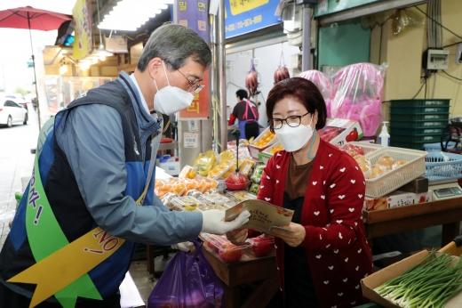 정재훈 한수원 사장이 23일 경주 전통시장에서 청렴캠페인을 펼쳤다./사진=한수원