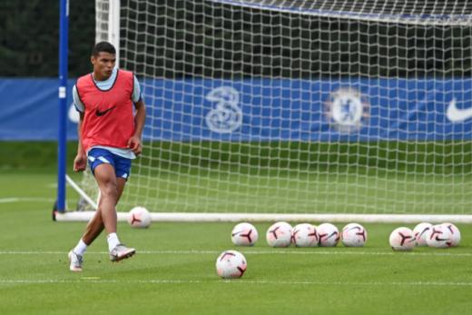 이번 여름이적시장에서 첼시 유니폼을 입은 티아구 실바가 오는 24일 데뷔전을 갖는다. /사진=첼시 공식 홈페이지 캡처