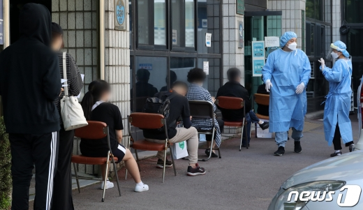 학생들의 등교가 재개된 서울에서 학생 1명이 신종 코로나바이러스 감염증(코로나19) 확진 판정을 받은 가운데 24일 서울 양천구보건소에 마련된 선별진료소에서 신월중학교 학생들 및 시민들이 검사를 받고 있다. /뉴스1 © News1 이동해 기자