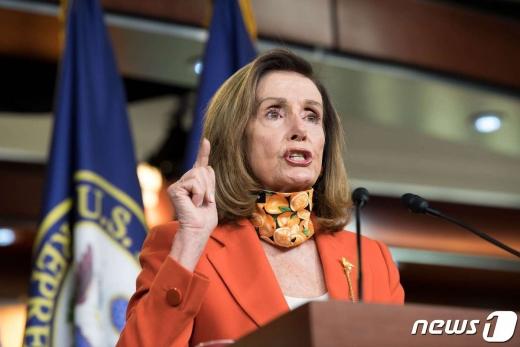 낸시 펠로시 미국 하원의장이 24일 주례 브리핑에서 발언하고 있다. © AFP=뉴스1