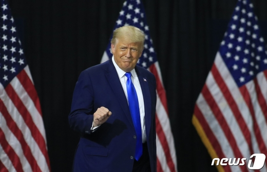 트럼프 대통령이 24일 노스캐롤라이나 샬럿에서 건강보험 정책에 관한 연설을 앞두고 무대 위에 오르고 있다. © AFP=뉴스1