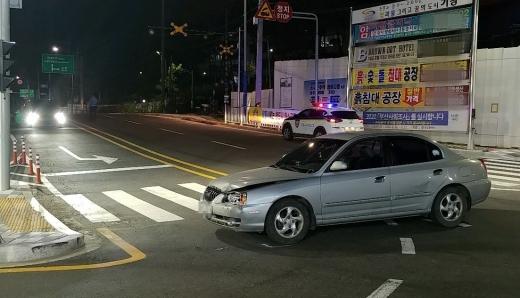 지난 24일 오후 11시40분께 부산 기장군 장안읍 길천삼거리에서 역주행하던 아반떼 차량(60대, 여)이 맞은편에서 오던 K5 차량을 충돌했다./사진=부산경찰청