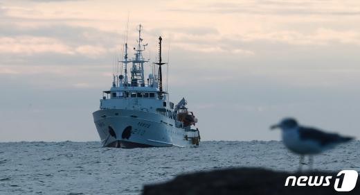 서해 연평도 인근 해상에서 실종된 공무원이 승선했던 어업지도선 무궁화10호가 25일 오전 대연평도 인근 해상에 정박해 있다. /사진=뉴스1