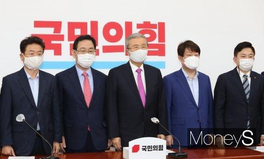 [머니S포토] 기념촬영하는 김종인 위원장과 당 소속 시도지사들
