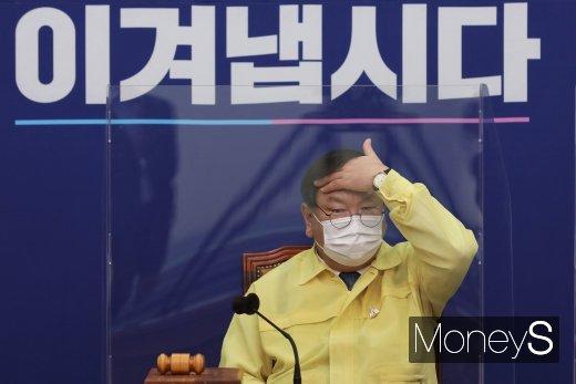 [머니S포토] 머리 넘기는 김태년 원내대표