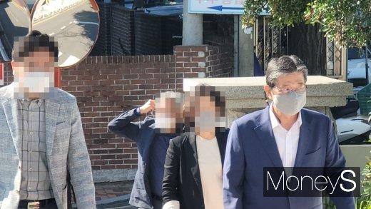 이선두(사진 오른쪽) 전 의령군수가 부인과 함께 25일 오전 정치자금법 위반 등으로 1심 선고를 받으러 법원에 출석하고 있다./사진=머니S 임승제 기자.