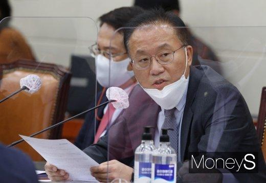 [머니S포토] 이동걸 회장 건배사 논란에 대해 질의하는 윤재옥 의원