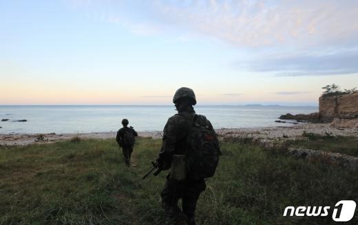지난 24일 연평도 해상에서 해양수산부 공무원이 북한 총격에 숨졌다는 발표와 이날 북한이 잠수함발사탄도미사일(SLBM) 시험 발사 준비를 한다는 소식에도 빅텍과 스페코 등 방위산업 관련주가 하락세를 보이고 있는 것으로 드러났다. /사진=뉴스1