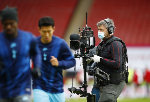 방송 중계 카메라맨이 지난 7월2일(현지시간) 열린 토트넘 홋스퍼와 셰필드 유나이티드 경기에 앞서 토트넘 선수들의 워밍업 장면을 촬영하고 있다. /사진=로이터