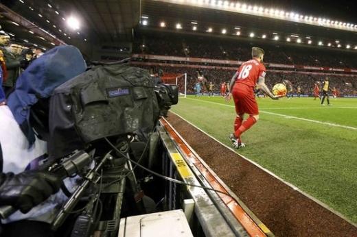 지난 2016년 영국 리버풀 안필드에서 열린 잉글랜드 프리미어리그 리버풀과 아스널의 경기를 중계카메라가 촬영하고 있다. /사진=로이터