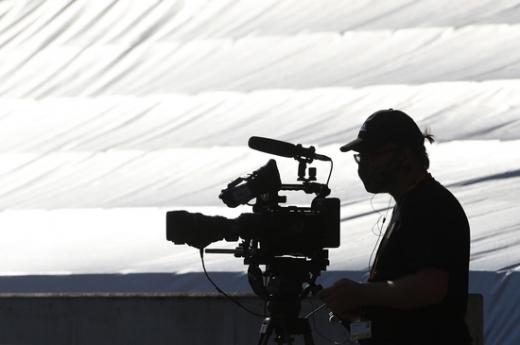 영국 현지 중계카메라가 지난 6월24일(현지시간) 열린 울버햄튼과 본머스의 잉글랜드 프리미어리그 경기 장면을 촬영하고 있다. /사진=로이터
