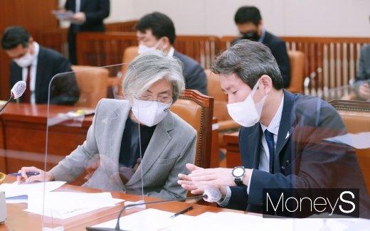 [머니S포토] 외통위 전체회의에서 대화하는 강경화·이인영 장관