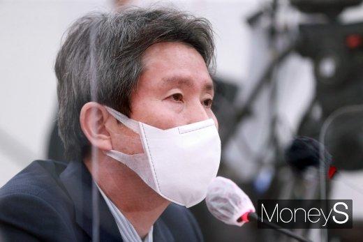 [머니S포토] 의원 질의 답변하는 이인영 장관