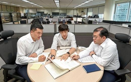 금융투자협회 K-OTC부 직원들이 신규 등록 가능성이 있는 비상장 기업에 대해 논의를 하고 있다.©금투협
