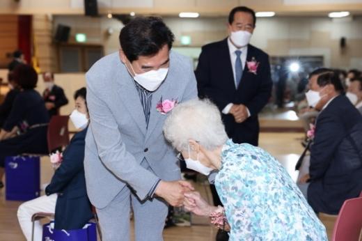 25일 아름채노인복지관에서 제25회 노인의 날을 맞이해 노인의 날 기념식이 열린 가운데 김상돈 의왕시장이 어르신과 인사를 나누고 있다. / 사진제공=의왕시