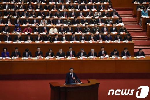 시진핑 중국 국가주석이 18일(현지시간) 베이징 인민대궁전에서 열린 제19차 중국 공산당 전국대표대회의 개막 연설을 하고 있다. 시진핑은 이날 연설에서 중국은 '도전과 기회'의 새로운 시대에 진입하고 있다고 선언했다. © AFP=뉴스1 © News1 우동명 기자