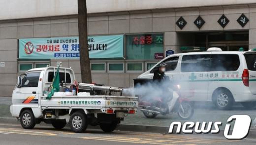 9월30일 신종 코로나바이러스 감염증(코로나19) 확진자가 무더기로 발생한 서울 도봉구 다나병원 인근에서 방역작업이 이뤄지고 있다. /사진=뉴스1