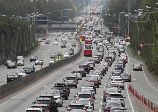 추석 성묘길에 오른 차량이 몰려 전국 주요 고속도로가 다소 혼잡할 전망이다. 사진은 서울 서초구 잠원 IC 인근 부산방향 경부고속도로에 차량이 몰려 정체 중인 모습. /사진=뉴시스 조수정 기자