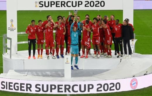 바이에른 뮌헨이 1일(한국시간) 독일 뮌헨 알리안츠 아레나에서 열린 2020 독일 슈퍼컵에서 도르트문트를 3-2로 꺾고 우승 트로피를 들어올렸다. /사진=로이터