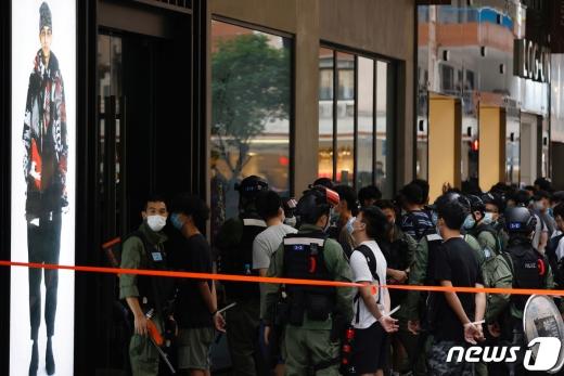 1일 홍콩 경찰이 국경절을 맞아 반중시위를 벌인 시민들을 체포하고 있다./사진= 로이터(뉴스1)